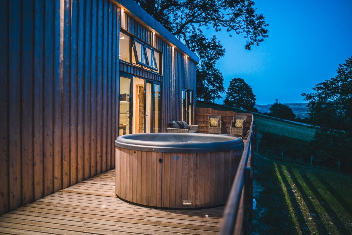 Hot tub under the stars at Ewe View Cabin